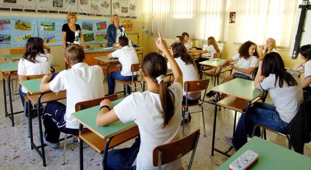 Scuola, Ascani pubblica il decreto su Facebook: cosa cambia, dal distanziamento ai concorsi