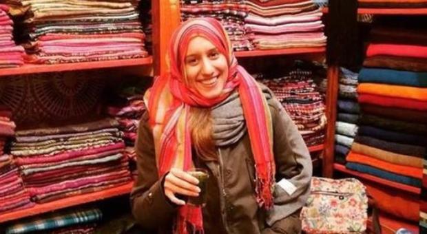 Silvia Romano, nuovo profilo Facebook con il nome musulmano: Aisha. Nella foto sorride con il velo. A breve termina la quarantena
