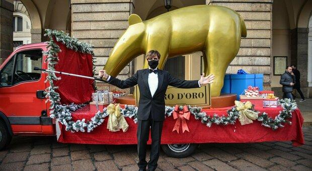 Striscia la notizia consegna il tapiro a Roberto Bolle: «Balletto registrato alla Scala». E Valerio Staffelli si fa male