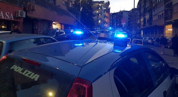 Roma, spara colpi di pistola alla porta della ex al Tiburtino: lei fugge dal balcone e si ferisce