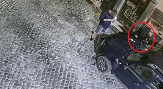 """Roma, Trastevere choc: cocaina """"sniffata"""" sulle auto in sosta"""