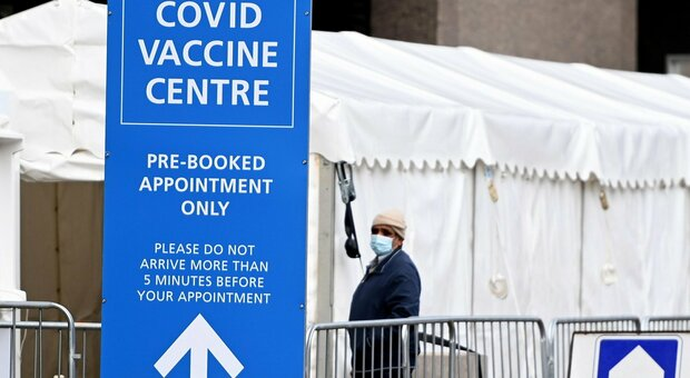 Vaccini, la protezione cala dopo sei mesi. «Serve terza dose»: i risultati dello studio britannico