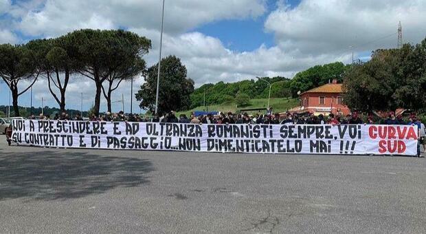 Roma, gli ultras a Trigoria incontrano la squadra. Lo striscione: «Siete romanisti a contratto»