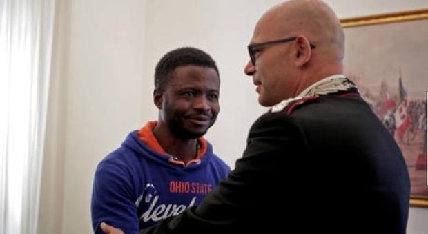 Roma, disarmò rapinatore con la mannaia: il migrante eroe ottiene il permesso di soggiorno