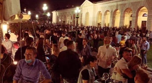 Brescia, folla nella piazza della movida, la rabbia del sindaco Del Bono: «Da oggi richiudo la sera»