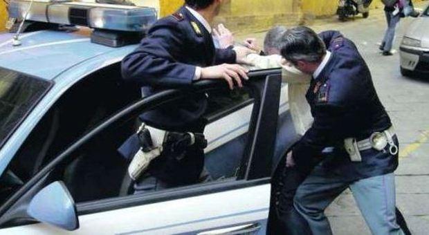 Roma, agenti arrestati per stupro. Una vittima: «Lui mi slacciava i pantaloni, per la paura non ho reagito»