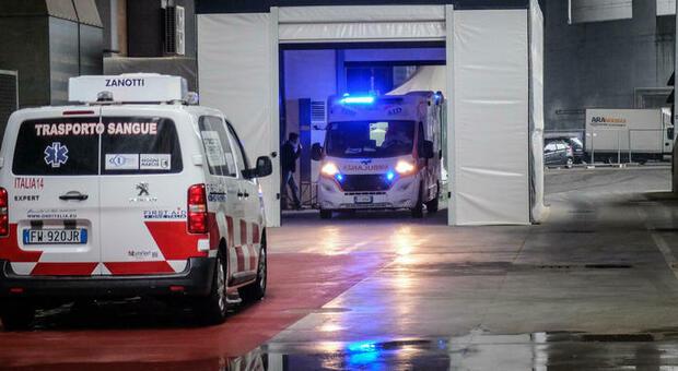 Botti di capodanno, lancia petardi: ferito da esplosione in auto