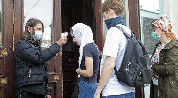 Virus, diretta: Russia allenta le frontiere. GB, da oggi quarantena di 14 giorni per chi arriva