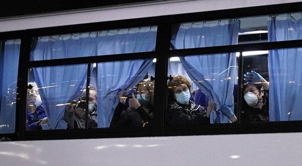 Coronavirus, Diamond Princess, la nave dei contagiati: scendono solo gli americani, gli italiani restano a bordo