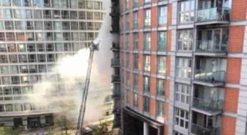 Londra, incendio in un palazzo di 19 piani: intervenuti oltre 125 vigili del fuoco