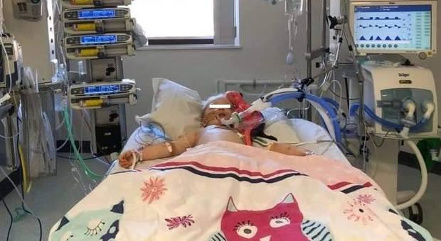 Sindrome di Kawasaki, mostra la figlia di 5 anni malata: «Ha solo il 20% di possibilità di sopravvivere, non riaprite le scuole»