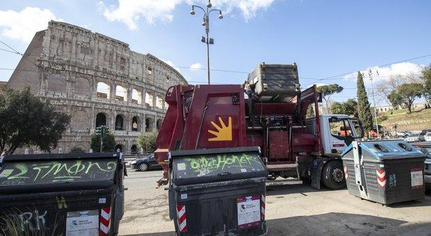 Rifiuti Roma, resa della giunta Raggi: un commissario per gli impianti