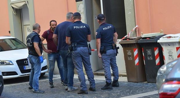 Roma, ruba la borsa ad una donna, ma il marito-coraggio lo rincorre e lo blocca. Arrestato