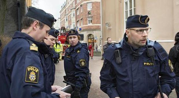 Coronavirus, Svezia controcorrente: uffici e ristoranti aperti, mezzi pubblici restano pieni