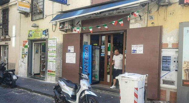 Napoli, tabaccaio fugge con Gratta e vinci da 500.000 euro: anziana derubata, chiesto blocco del biglietto