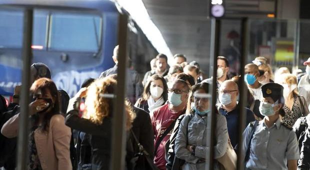 I pendolari della Roma-Viterbo ammassati sulle pensiline nonostante le regole sul distanziamento