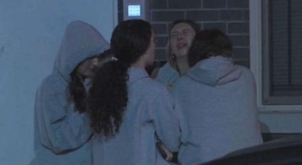 Due ragazze di 19 anni precipitano dal tetto: volevano scattarsi un selfie durante una festa