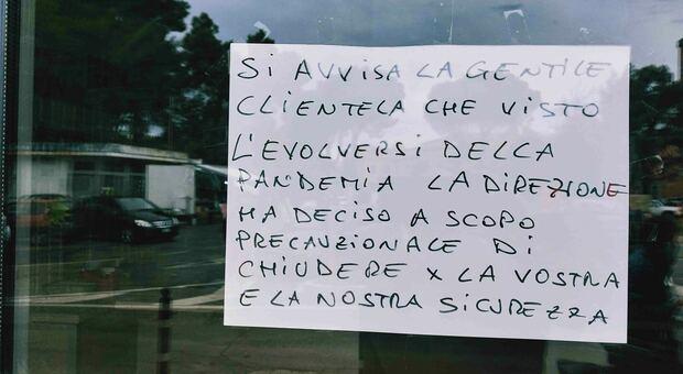 Bar e negozi tra crisi, cartello avverte: «Chiudiamo per la vostra e la nostra sicurezza»