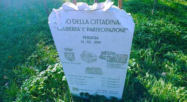 La stele della legalità presa a martellate a Perugia