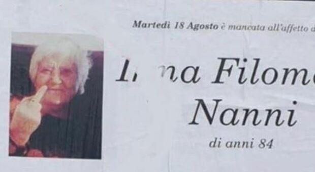 Manifesto funebre con foto defunta che fa il dito medio