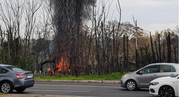 Roma, incendio nello sfasciacarrozze: colonna di fumo sull'Olimpica. Disagi per il traffico