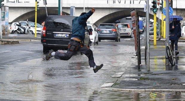 Nubifragio a Roma, due auto bloccate dall'acqua alta sull'Ardeatina: 4 soccorsi, anche 2 bimbi