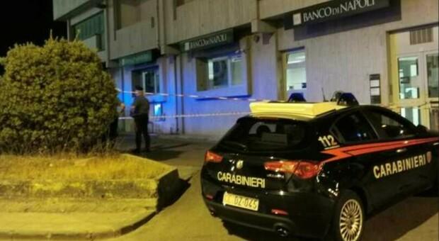 Lecce, uomo rapinato e ucciso di fronte alla moglie mentre prelevava i soldi al bancomat: due colpi di pistola al torace
