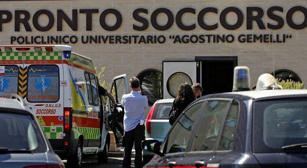 Roma, spara ai ladri durante furto in casa: sedicenne ferito lasciato davanti al Gemelli
