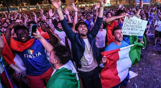 L'Italia è in festa per la Nazionale, caroselli in strada: le vie si colorano d'azzurro. A Napoli suonano le sirene delle navi