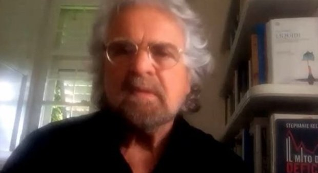 Beppe Grillo e il post sul vaccino anti-Covid: «Li farò tutto insieme, in un'unica siringata»