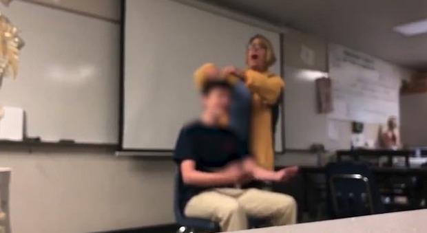 La prof taglia i capelli con la forza a uno studente: arrestata