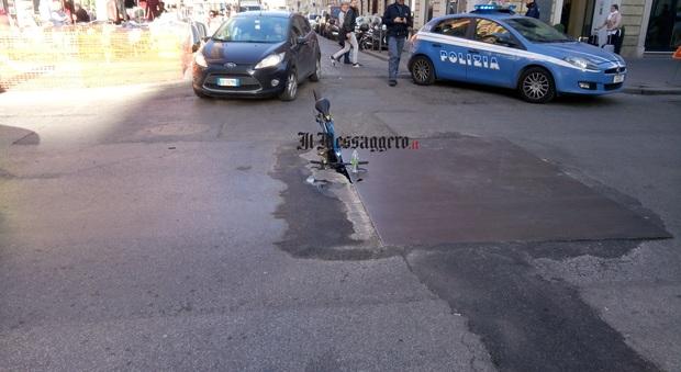 Roma, ciclista finisce dentro una voragine in via Gioberti