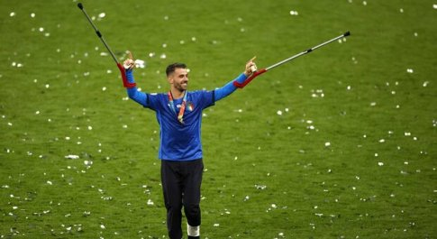 Spinazzola piange in campo con le stampelle: c'è anche lui nella festa dell'Italia