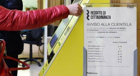 Reddito di cittadinanza, ricevevano soldi senza averne diritto: denunciate 102 persone, incassati 624mila euro