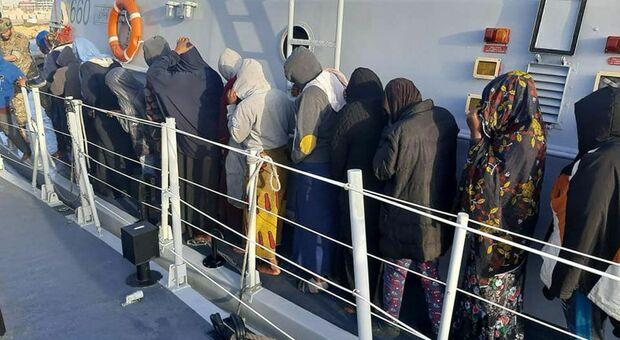 Migranti, guardia costiera libica salva 104 persone, morti un bambino e una donna: fermato uno scafista