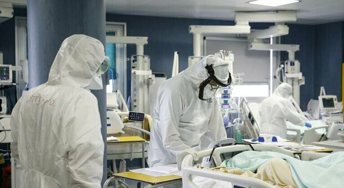 Pesaro, donna incinta non vaccinata ricoverata per Covid: parto d'urgenza, ora è grave. Ricoverati anche i genitori