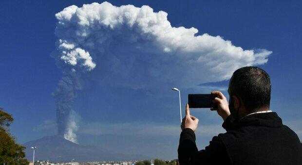 Etna, Musumeci dichiara lo stato d'emergenza in Sicilia: «Prudenza non è mai troppa»