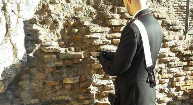 Roma, turista stacca un laterizio del Colosseo: «Volevo un souvenir»