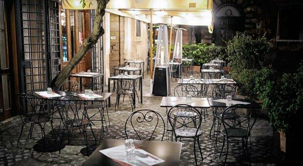 Coprifuoco in Campania e Lombardia. Piemonte chiude i centri commerciali. Veneto attende, allerta a Genova