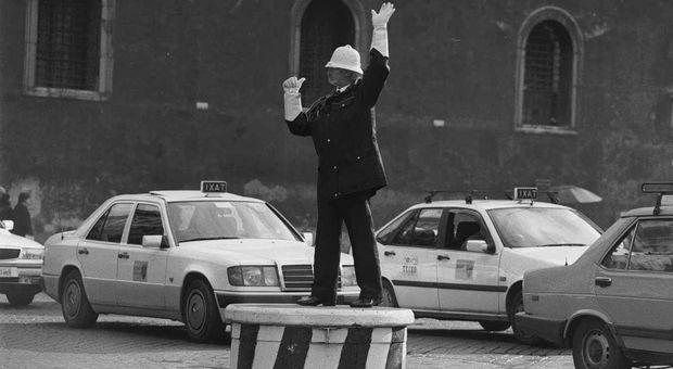 Apocalisse traffico/ Il Vigile Ignoto di piazza Venezia