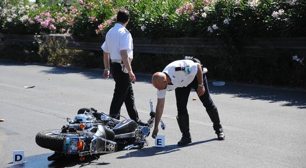 I rilievi dei vigili dopo un incidente in moto sulla Colombo