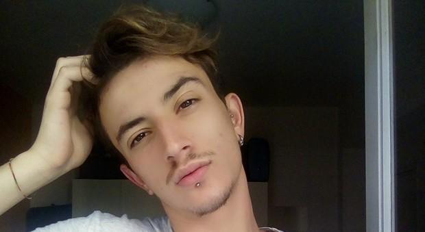 Roma, il ragazzo gay aggredito: «Mi ha difeso solo una ragazza». Sabato un flash-mob