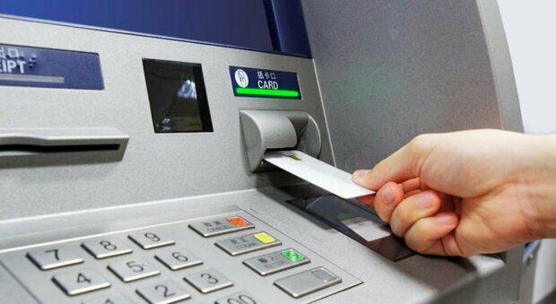 Orvieto, trova una tessera bancomat e la utilizza indebitamente. Identificata e denunciata dalla Stradale