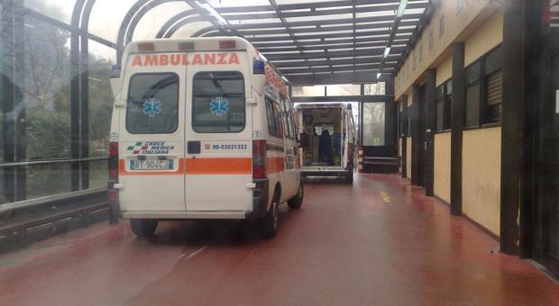 L'arrivo dell'ambulanza con le due vittime al pronto soccorso del Pertini
