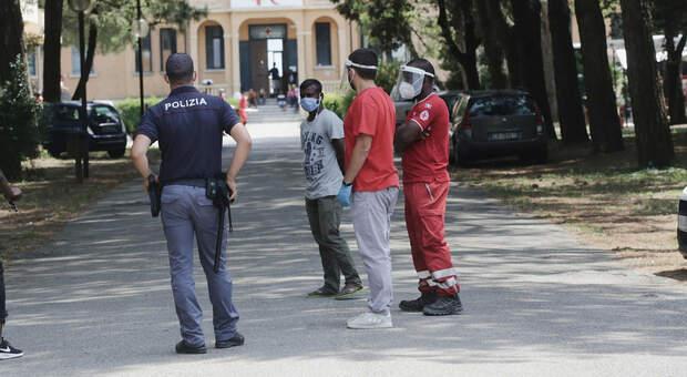 Migranti, fuggiti nella notte 30 tunisini dal Cara di Brindisi: trovati solo 9, caccia agli altri 21