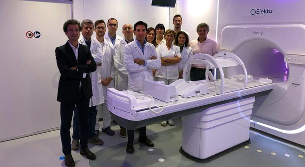 Il dottor Filippo Alongi con il suo team nella sala dell'acceleratore Elekta Unity