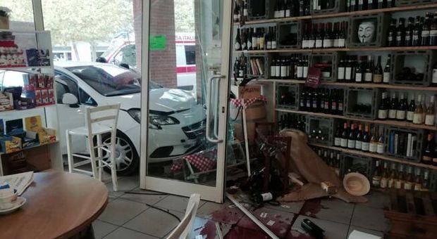 Pineto, con l'auto travolge i tavolini di un bar ed entra dentro la vetrina