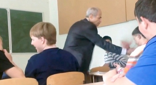 Russia, il professore gli strappa le cuffiette dalle orecchie durante la lezione: l'alunno lo prende a pugni