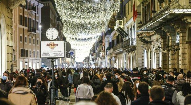Roma, assembramenti per lo shopping natalizio: chiuso un tratto di via del Corso. Stop anche a due stazioni della metro