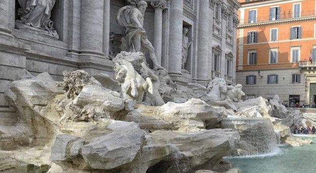 Fontana di Trevi, studentessa incide con una chiave l'angolo degli Innamorati: fermata
